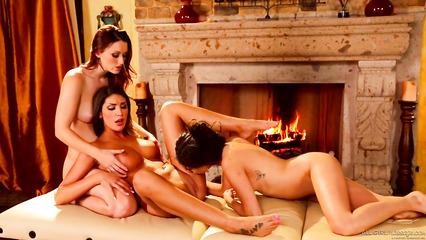 Три привлекательные девушки расслабились на кушетке